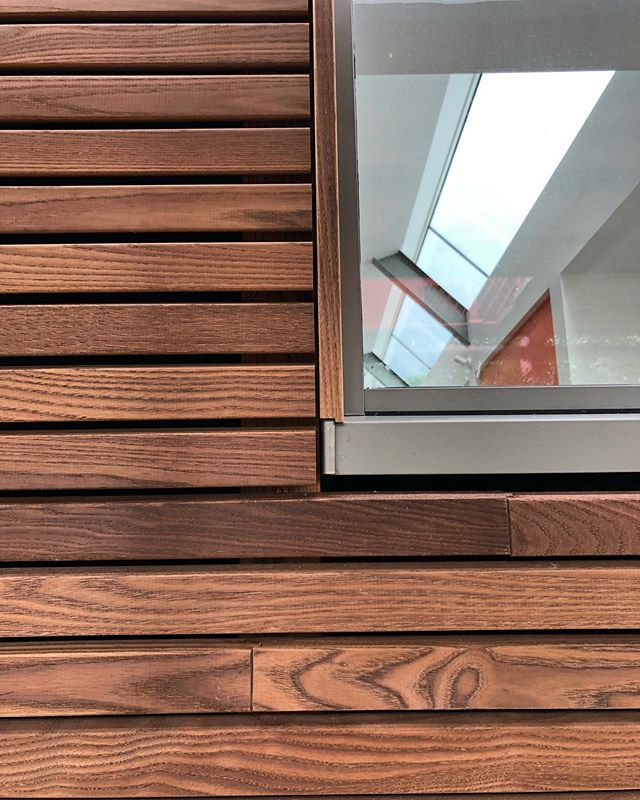 A S H • thermally treated ash for rain screen cladding on our Lansdown, Bath project. Great job Matt and Dan @oliverhazaelcarpentry 👍🏼 @idealcombiuk windows @roundwoodofmayfield cladding #builders #carpenter #carpentry #cladding #thermowood #thermallymodified #thermoash #rainscreen #cityofbath #extension #renovation #bathigers #igersbath #bathuk #buildingcompany #architecture #home #house
