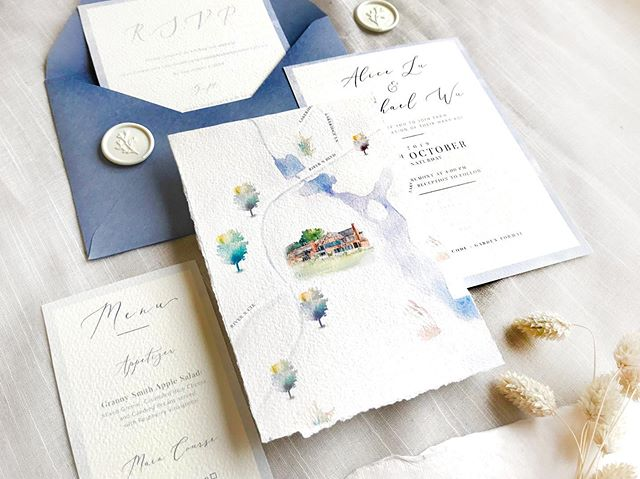 I am so excited to share this hand-painted watercolor wedding invitations map with you. Special thanks Alice for this opportunity to work on this periwinkle blue theme map invitation!! I hope you like it as I do 😆❤️ 很興奮能分享這組客製手繪水彩地圖喜帖!試著搭配長春藍的色調❤️清爽優雅又好看(自己說🤣)感謝Alice 與她的先生給我這次機會做出一個會讓自己心跳的喜帖  #weddinginvitations #costomwedding #customweddinginvitation #weddinginvitationcards #weddingmap #weddingmaps #地圖 #地圖喜帖#水彩 #客製化 #客製 #客製喜帖 #喜帖 #喜帖設計  然後 @ministylecards 的信封跟蠟章拍起來好漂亮😆❤️
