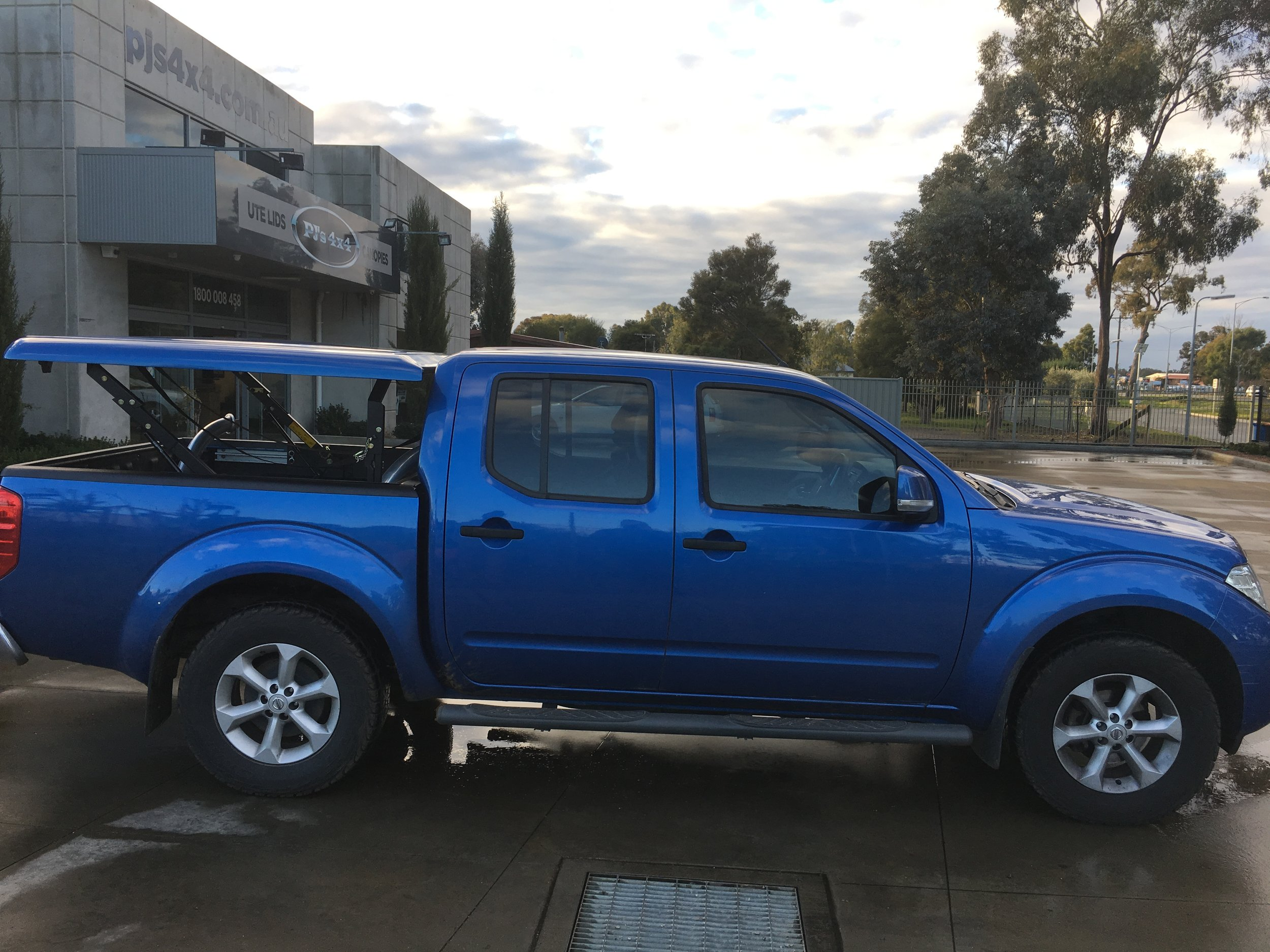 Nissan Navara D40 Blue Top Up 1-piece 4.JPG