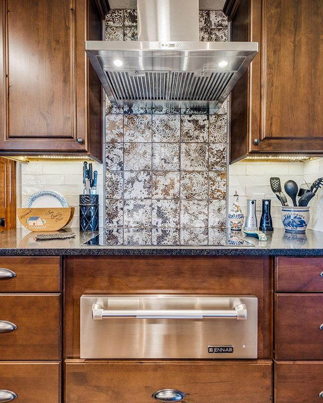 Is this AMAZING kitchen making anyone else want to cook! 😍 👩‍🍳🥘🍽️⁠⠀ .⁠⠀ .⁠⠀ .⁠⠀ #kitchen #kitchenremodel #kitchenrenovation #kitchengoals #kitchensofinstagram #kitchendesign #kitchenisland #kitchendecor #kitcheninspiration #kitchendetails #kitcheninterior #sanantoniohomes #texasremodeling #texasdesign #remodeling #remodelingideas #homeimprovement #sanantonio #sanantoniotexas #homeremodeling #renovation #renovationinspiration #renovationideas #lovemyrenovation #houseremodeling ⁠⠀
