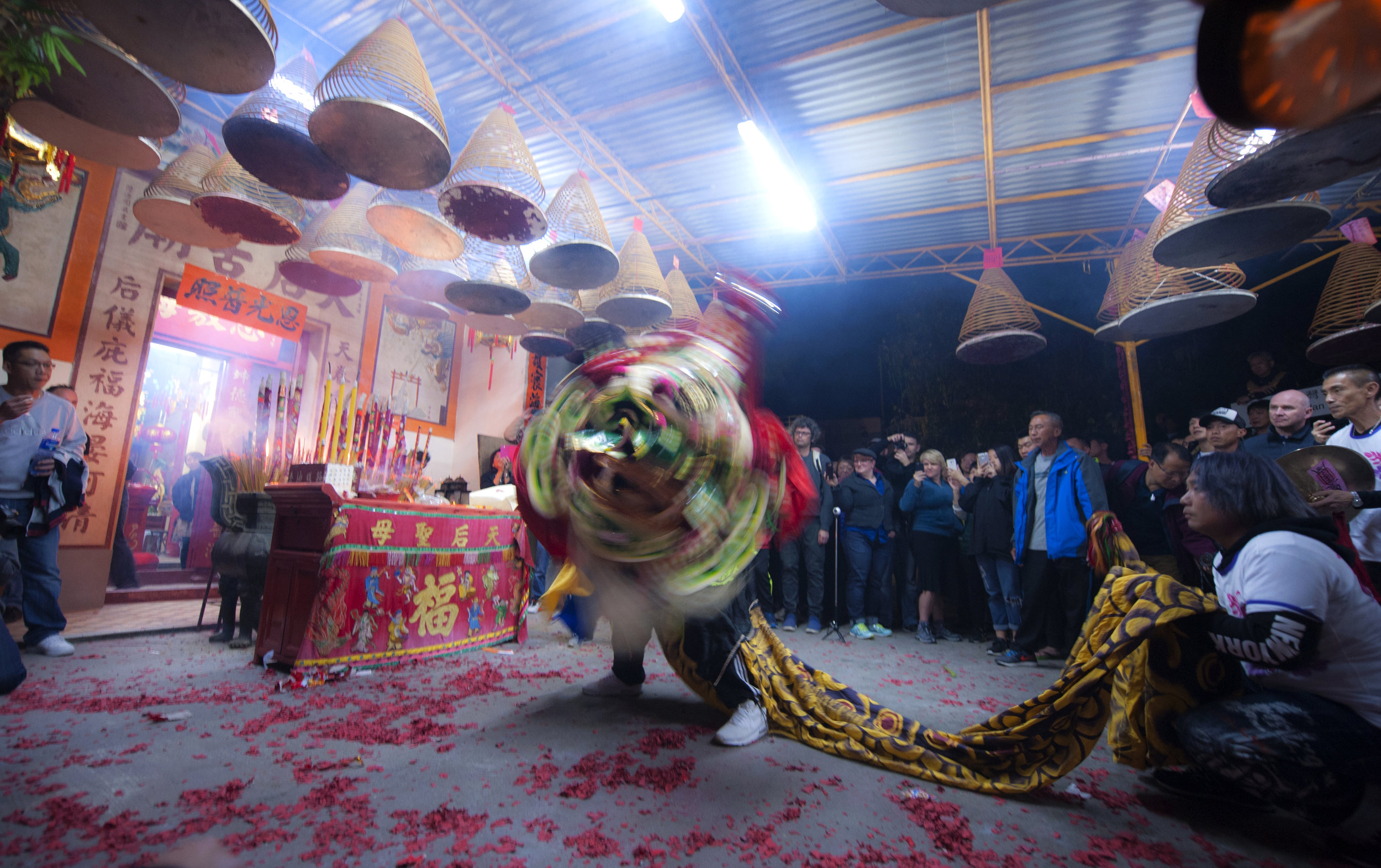 Welcoming the Year of Rooster in front of the Temple of Sea Goddess (Tin Hau), 2017.  2017鸡年大年初一的第一时刻,南丫岛榕树湾居民在天后庙舞兽燃鞭上香,祈祝新年吉祥。