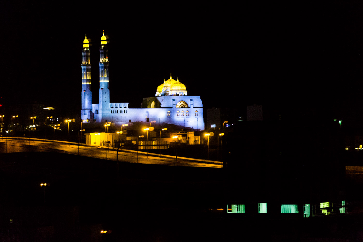 Picture taken from the window of my hotel room in the middle of the night. This time I used my camera and a zoom to frame the mosque Saeed Bin Taimur Masjid. ISO 10 000, f / 2.8, 168 mm, 1 / 125 sec, no tripod.
