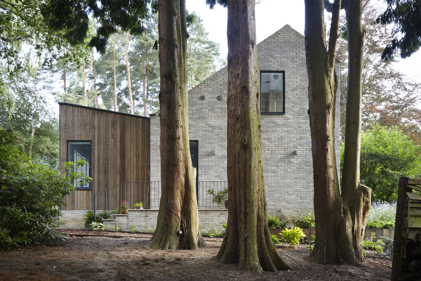 Peter Wilson's new  publication : 'The Modern Timber House in the UK: New Paradigms and Technologies' has included  'House in the Woods'  as a case study for SIPS panel construction. The fully insulated, watertight structure was completed in just ten days for this private house in Hampshire without compromising on either build quality or thermal efficiency.   MORE