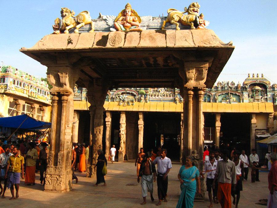 Temple complex couryard Tiruchchirappalli.jpg