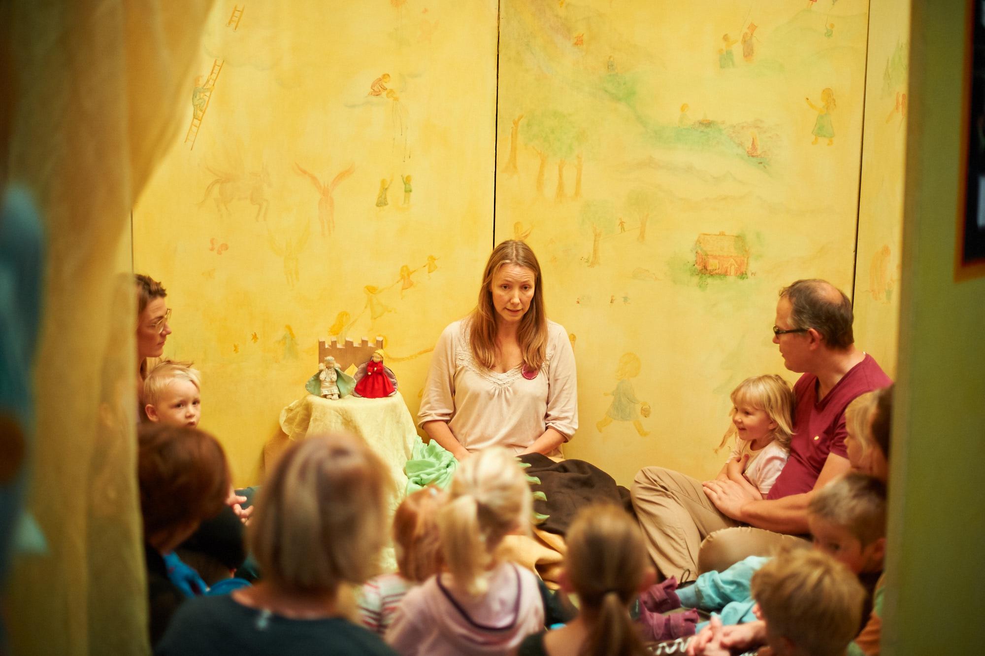 sagohuset-laila-lyssnande-barn-tillitsverket.jpg