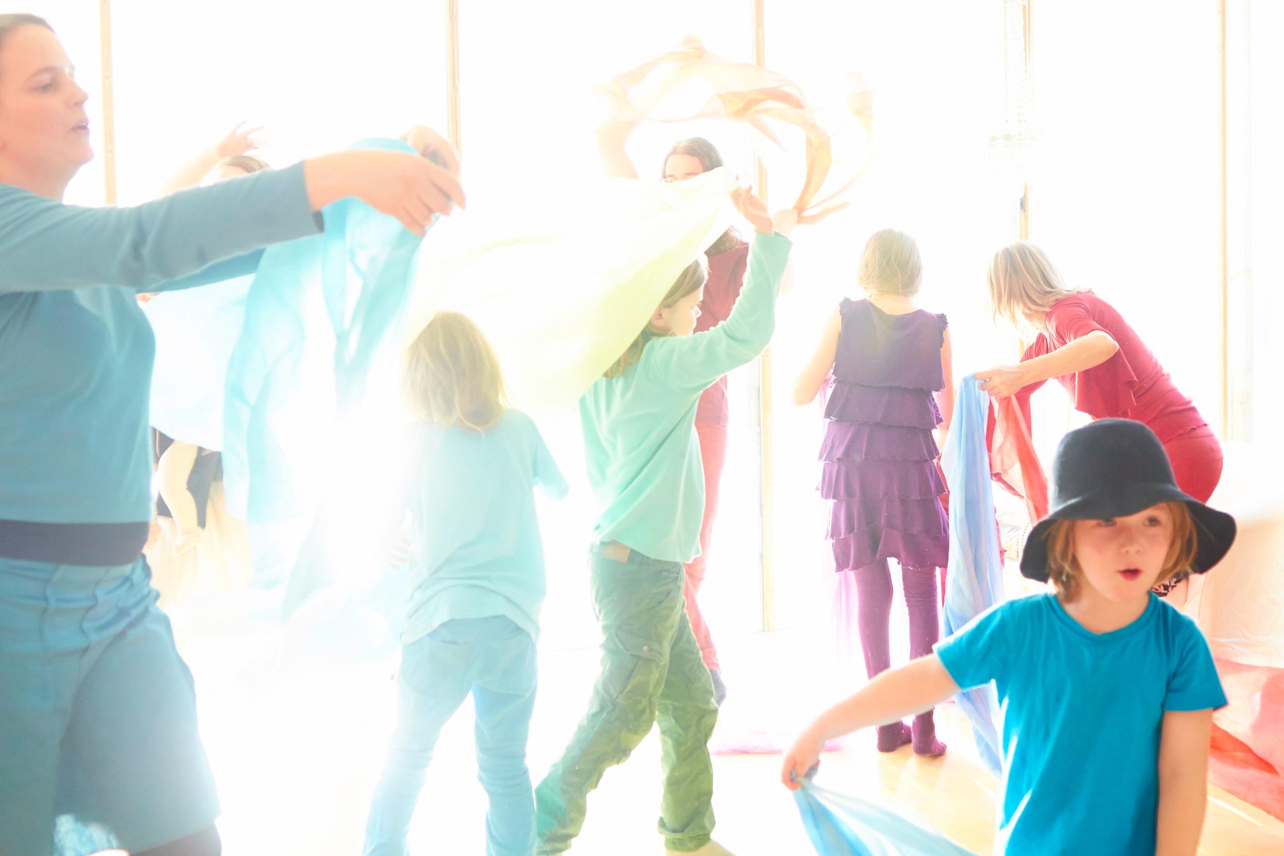 ÄVENTYRSDANS - Med inspiration från sagor och berättelser ger vi oss ut på ett spännande dansäventyr. Äventyrsdans är ett pedagogiskt verktyg som på ett lekfullt och inspirerande sätt lockar till rörelse och kreativitet. Workshopen erbjuder lärarna inspiration och redskap att arbeta vidare med klassen. Vi anpassar gärna upplägget efter kursplanen och aktuellt tema i undervisningen.