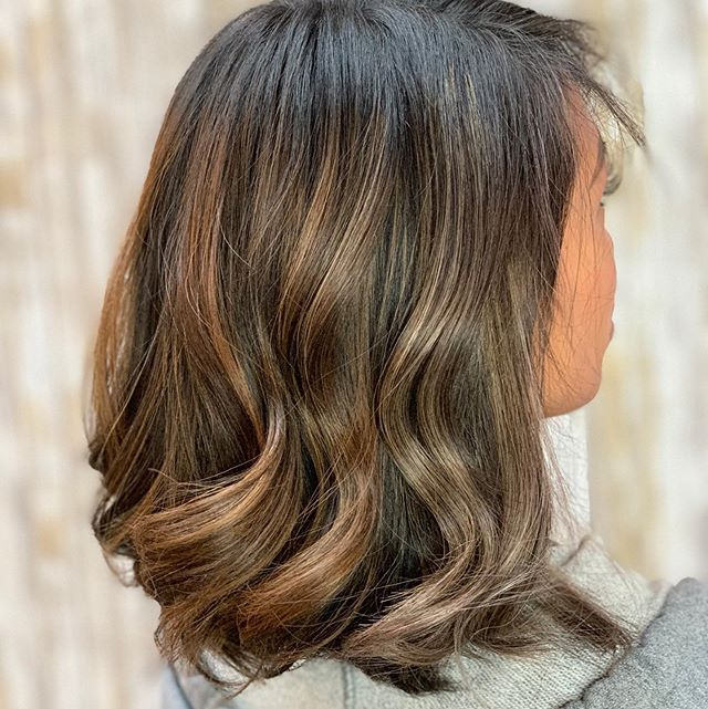 Adding dimension with a little #balayage and #foilayage can really bring your hair back to life 🙌🏼😍 . . . #friendsdontletfriendshaveuglyhair #dimensionalbrunette #highlights #teasylights #natural #beforeandafter #sanjosestylist #sanjosehairstylist #sanjosehair #sanjosehairsalon #sanjosesalon #bayareahairstylist #solasalons