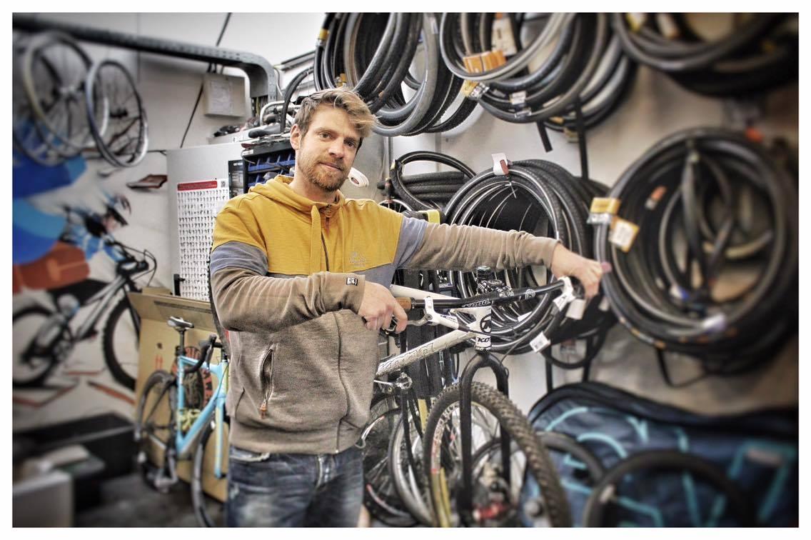 Alle fietsen zijn bij ons welkom voor onderhoud of reparatie. Stap gerust eens binnen! Om het voor onze klanten makkelijk te maken, bieden wij een ophaal service aan in Berendrecht, Zandvliet en Stabroek! Neem zeker contact met ons op! - Team Bikeaholic