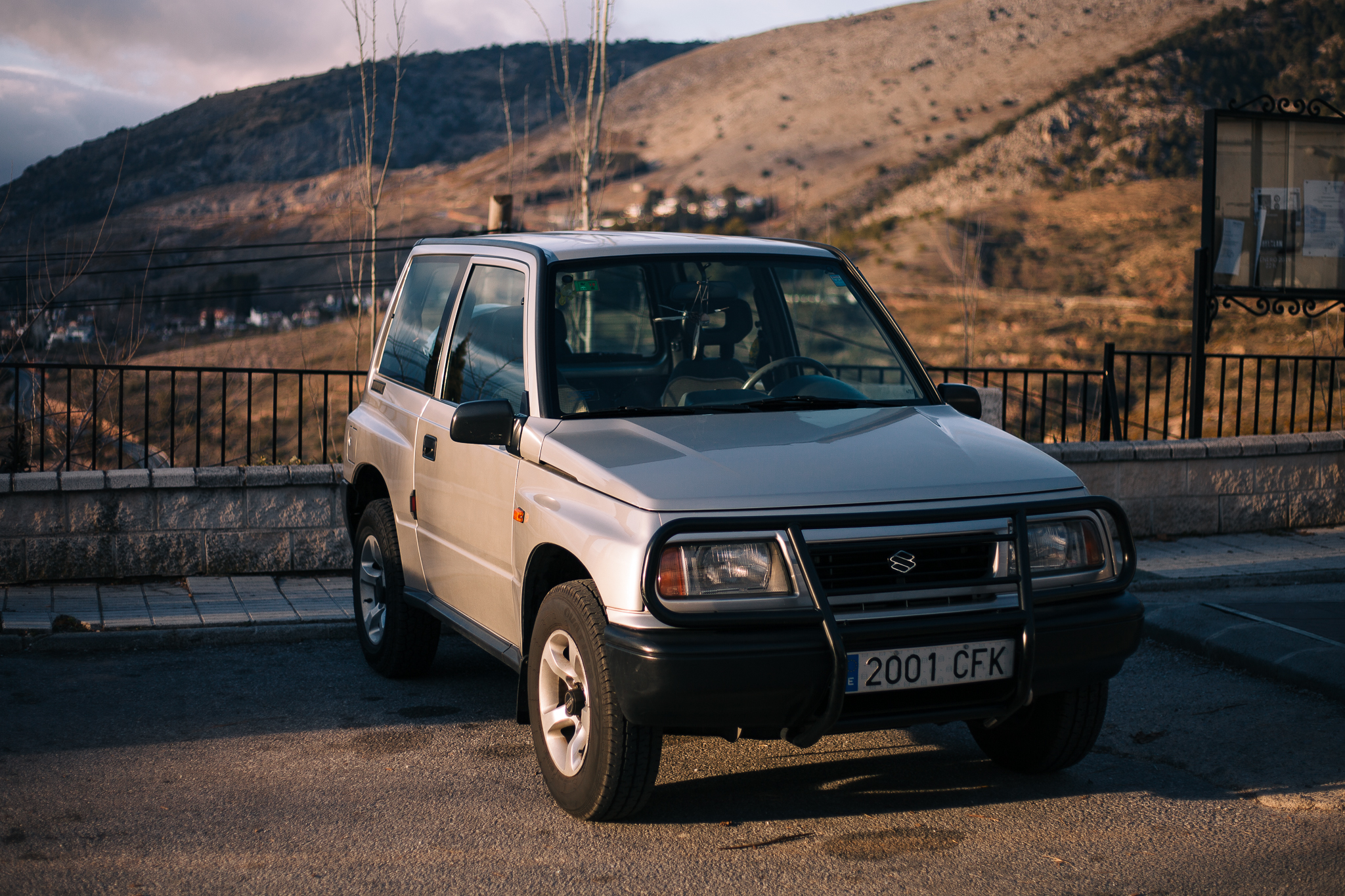A regular first-gen Suzuki Vitara. See below how different the Santana license-built versions were!