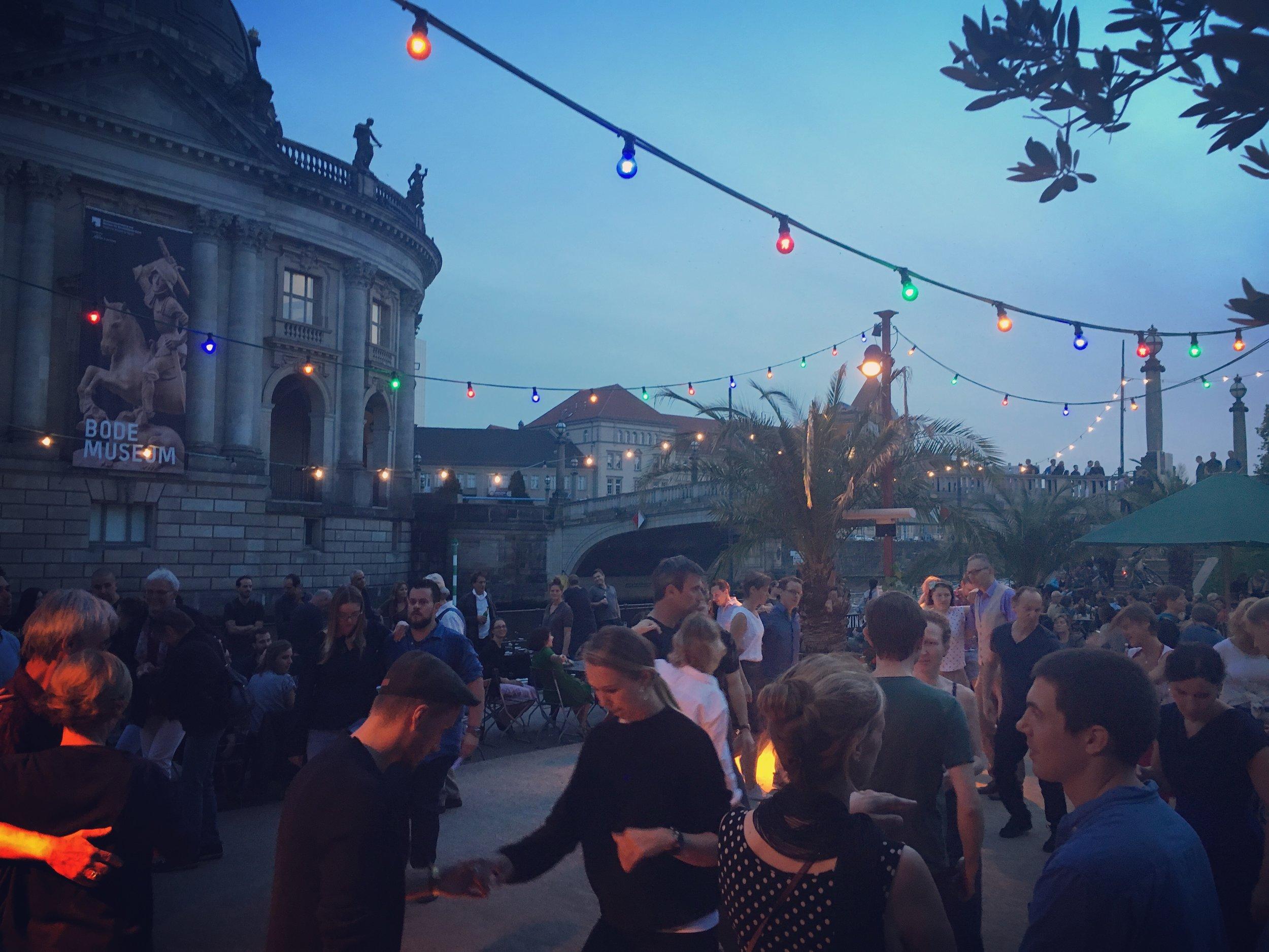 Strandbar-Mitte-Berlin-dancing