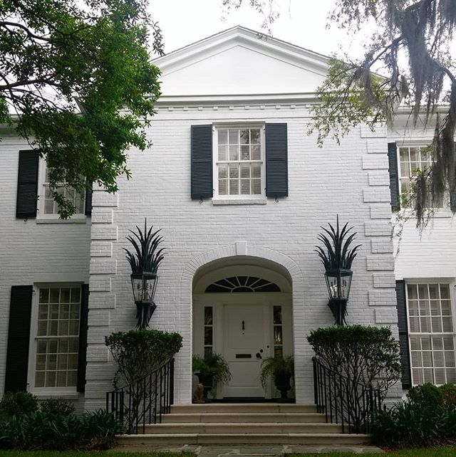 Those sconces wouldn't work just anywhere #nicelydone . #savannahga #savannah #statelyhome #highcontrast #southerndesign #southerncharm #largescale #exteriordesign #exteriorlighting #meridianabbey