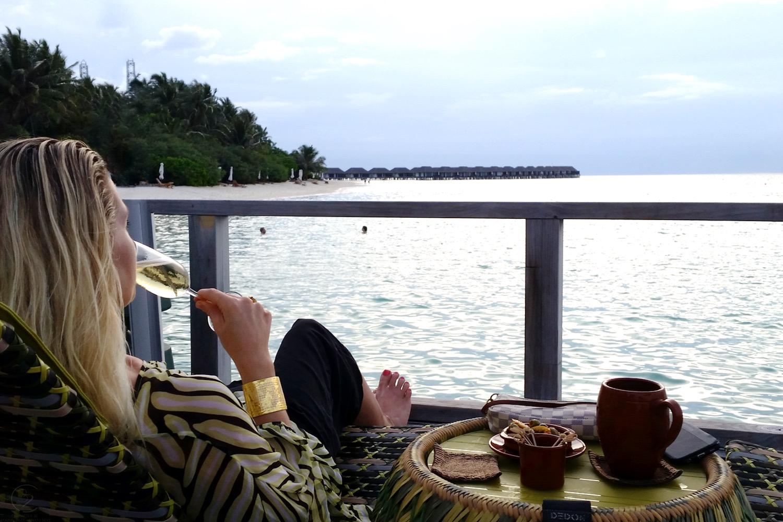 character-32-lifestyle-designer-dvf-kaftan-yellow-black-white-maldives-velassaru-evocateur-gold-bracelet