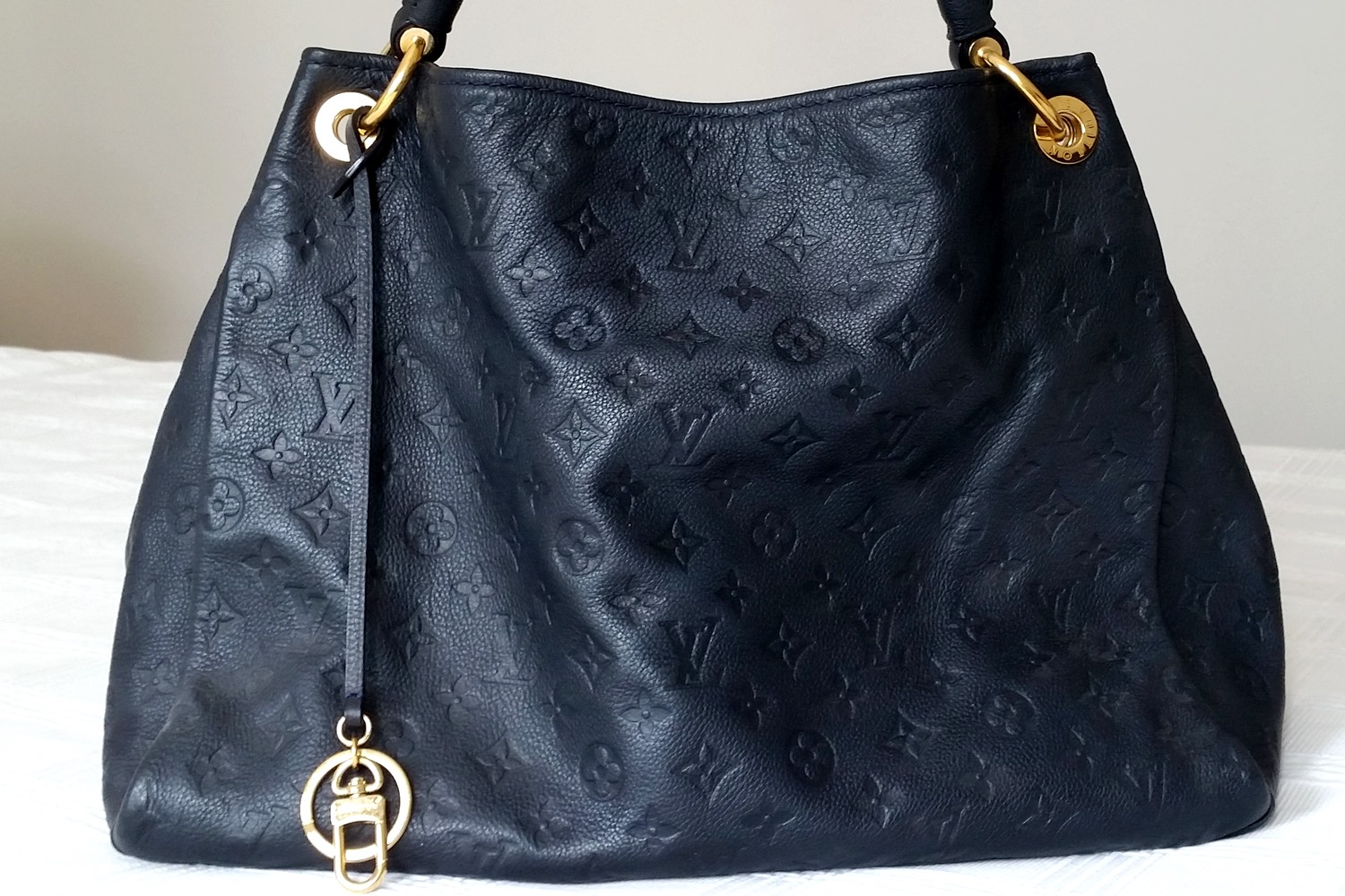 louis-vuitton-artsy-leather-bag-mm-character-32-lifestyle-c32
