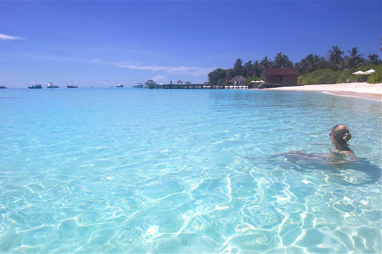 maldives-velassaru-swimming-globetrotter-character-32-c32-lifestyle