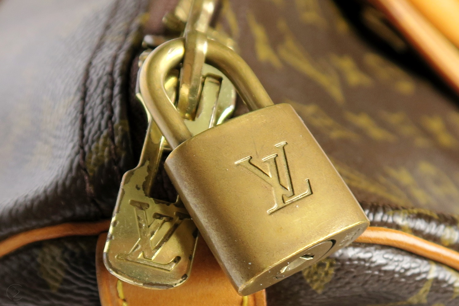 louis-vuitton-keepall-55-strap-lock-monogram-character-32-lifestyle