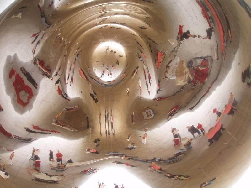 Das Cloud Gate  (The Big Bean) – eine Skulptur des britischen Künstlers Anish Kapoor, ist das zentrale Kunstwerk des AT&T-Platzes im Millennium Park von Chicago, Illinois, USA.