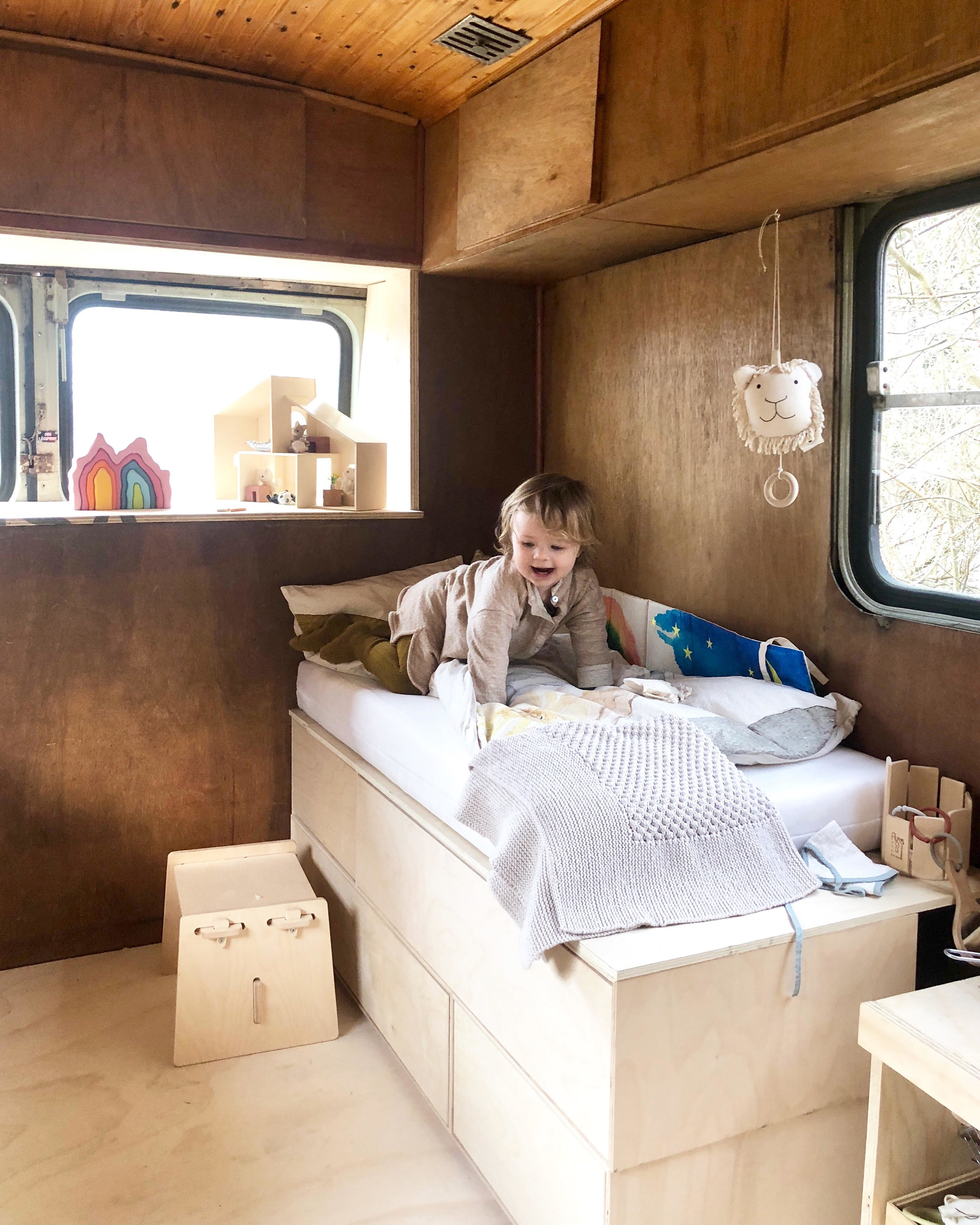 Hilma in her new bed in the bus. Fabric book from Leo Leo.