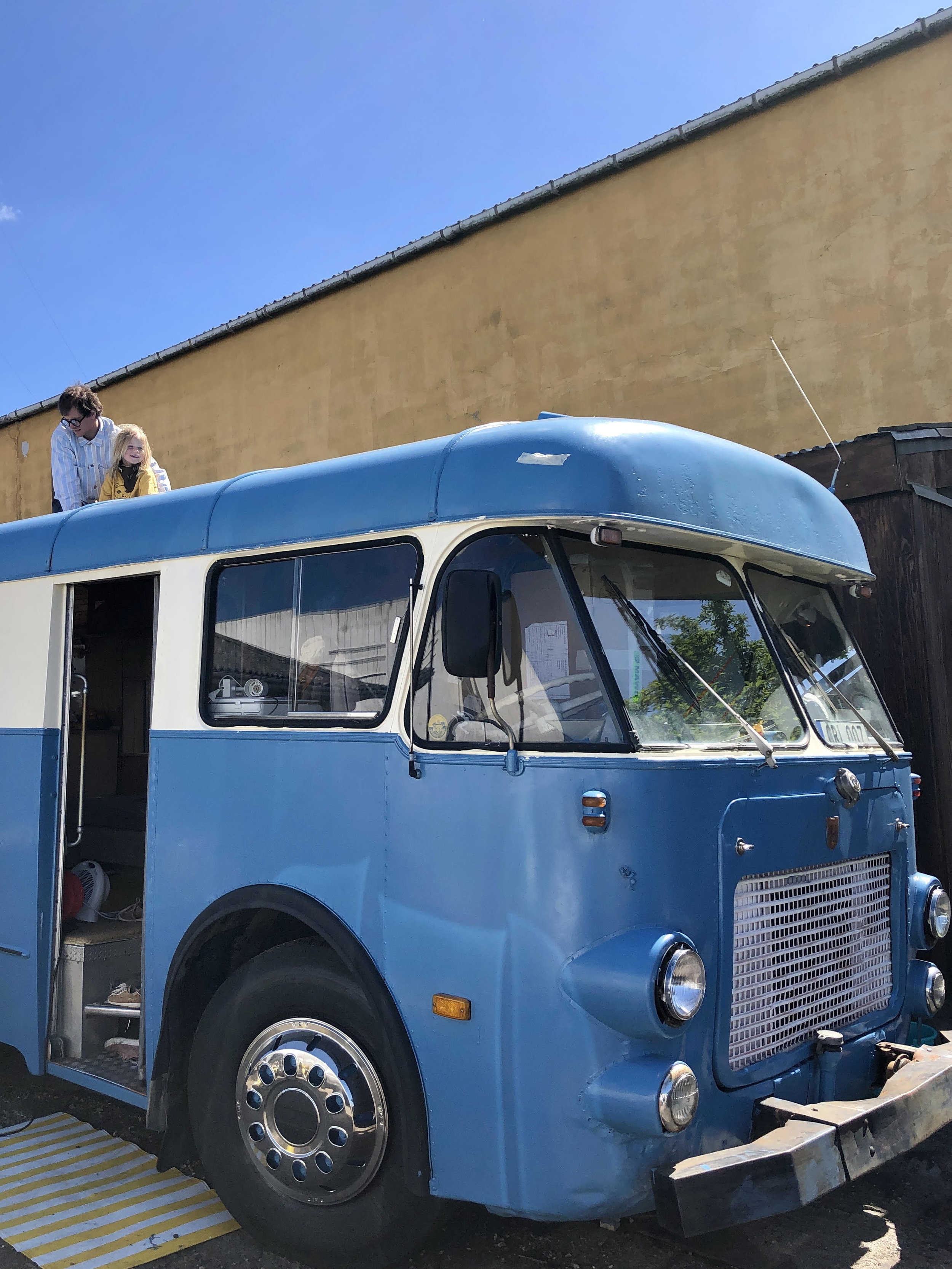 Josefine and Emil has painted their orange bus blue with white details. What a beautiful job!