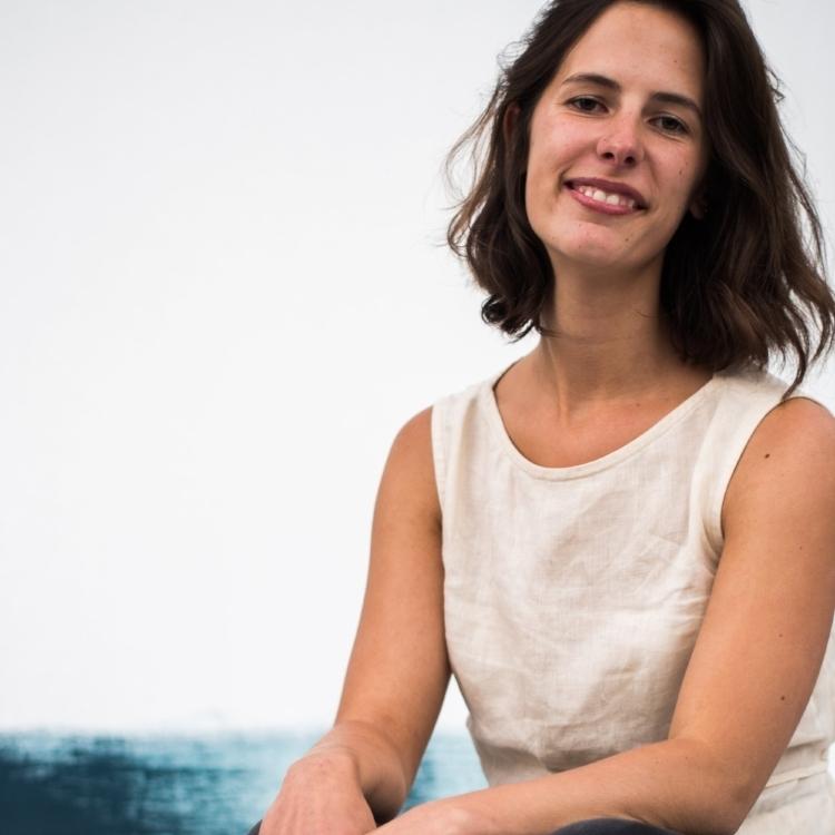 Barbara Wolfs - Den. a été créé par cette artiste Belge. Designer textile de formation, elle se formera ensuite aux techniques céramiques et à la bijouterie. Son amour pour les nouvelles découvertes, pour le voyage et pour l'art lui donna l'envie de créer un projet fait pour les gens curieux ; où tout le monde pourra s'exprimer et se rencontrer lors d'événements ponctuels.