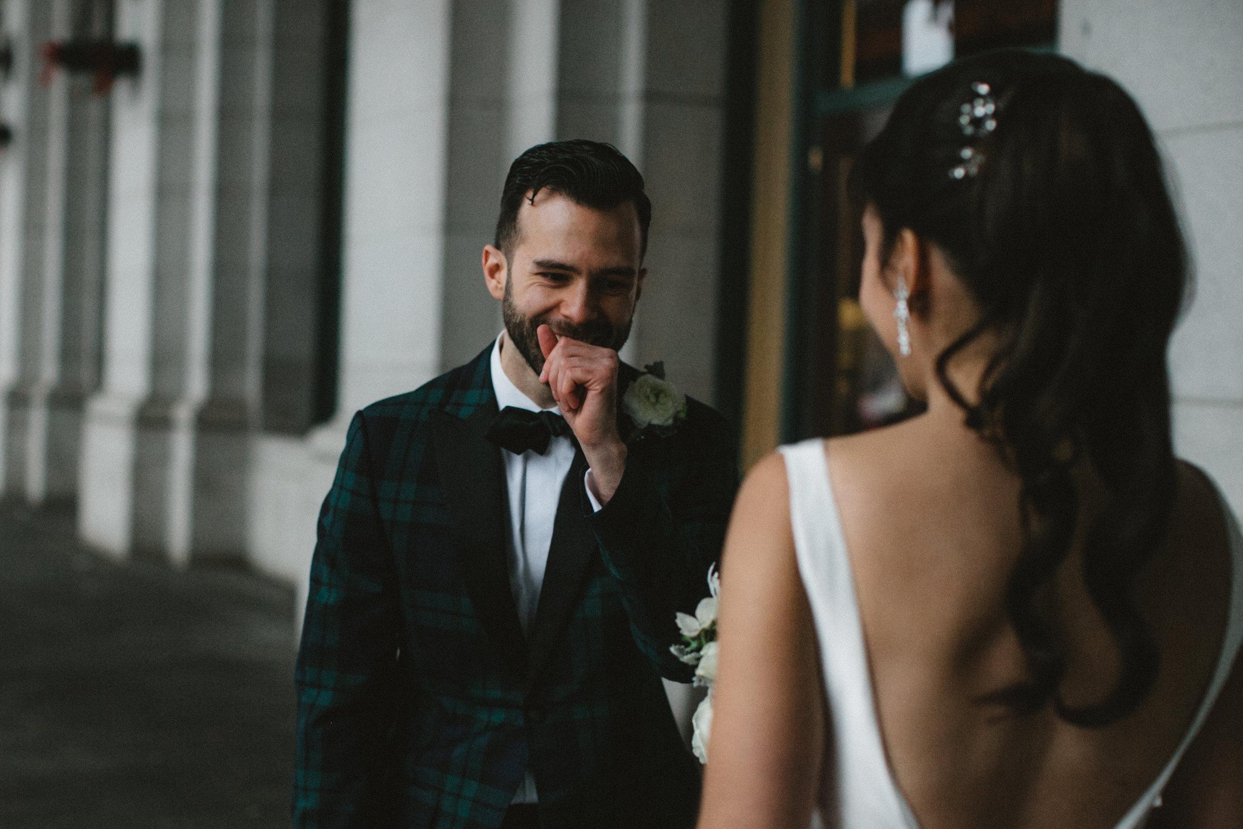 Pour la première fois de la journée, le futur marié voit sa fiancée lors du 'first look'