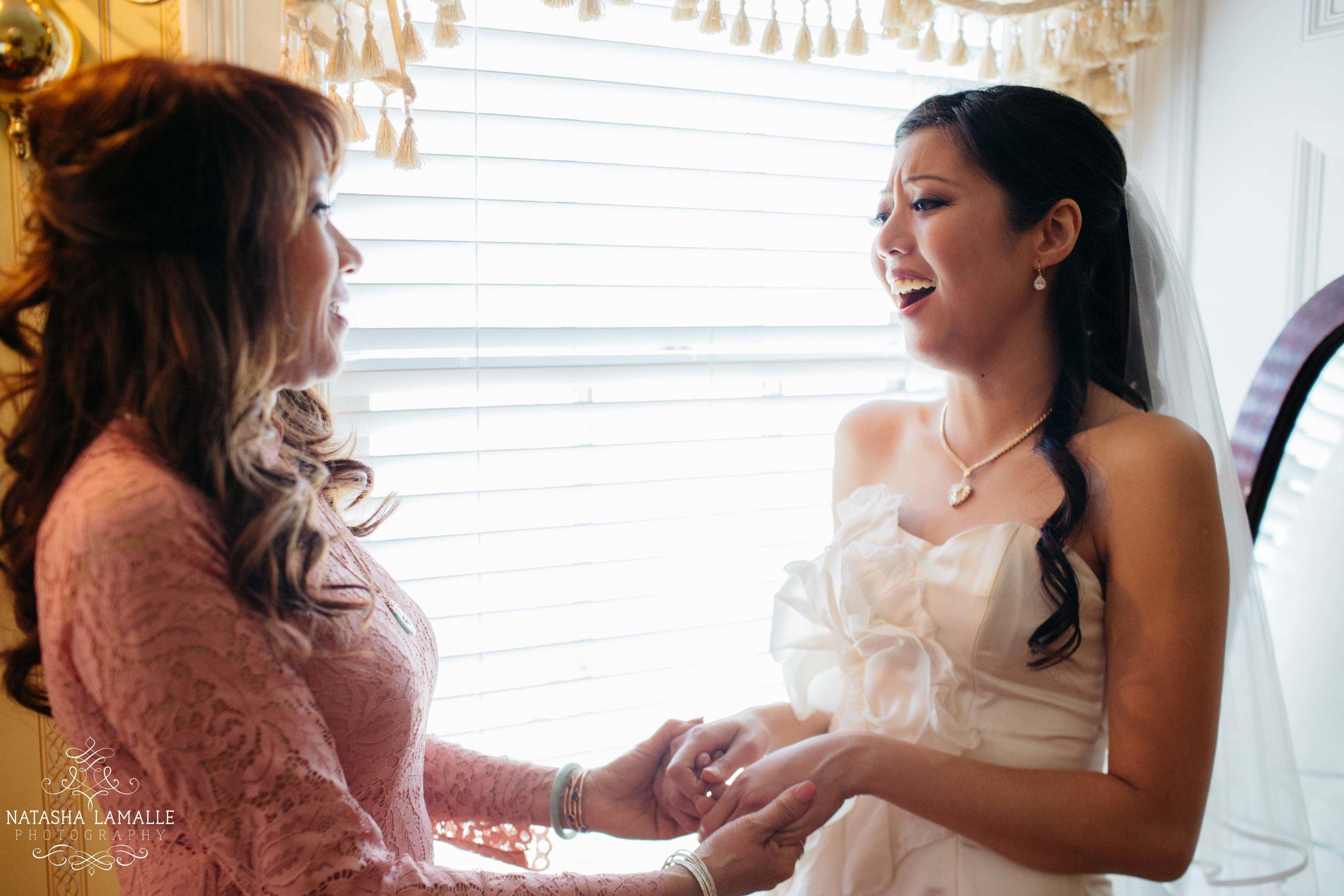 Un moment tendre entre la mariée et sa maman