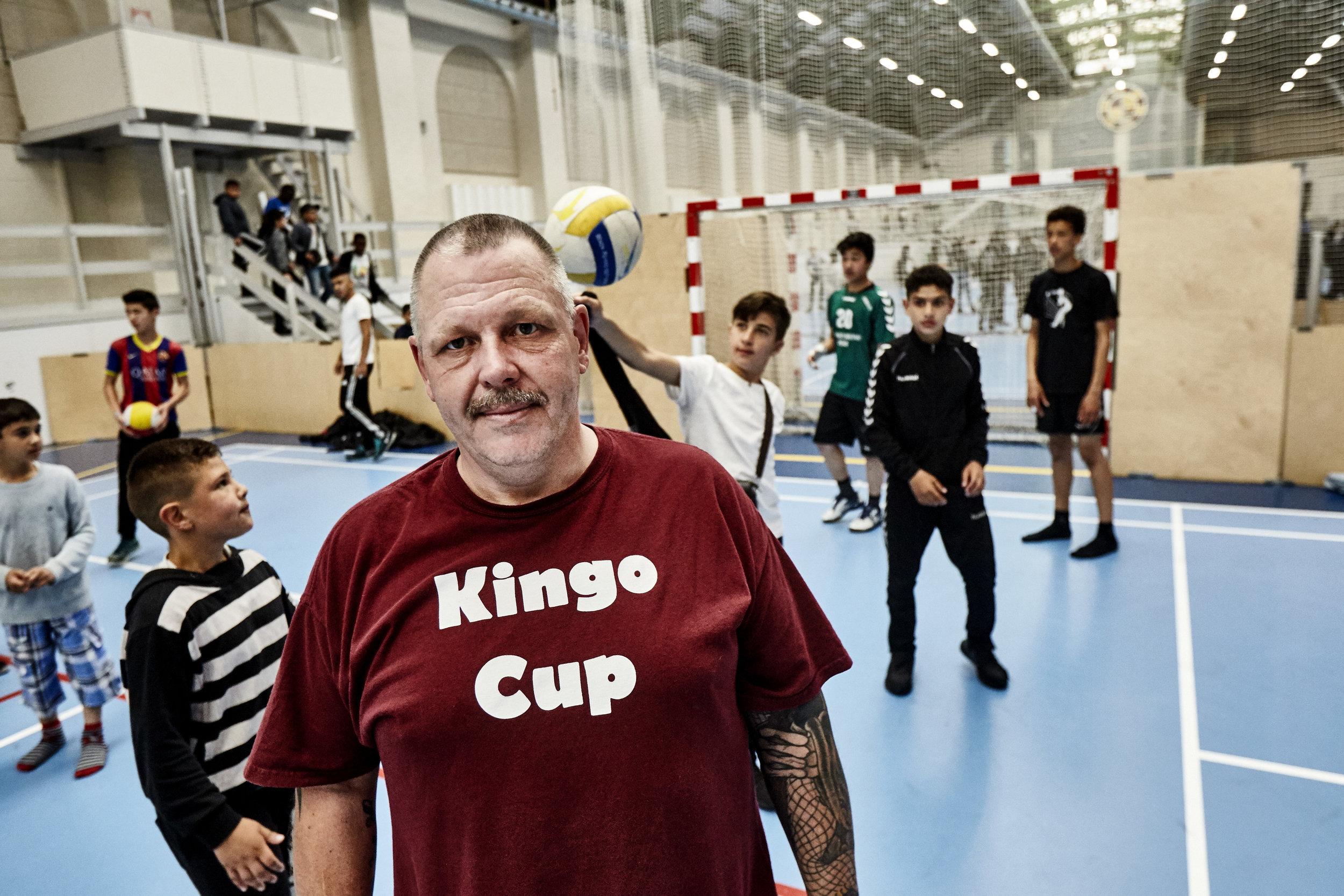 John Salby er et kendt ansigt blandt børn og unge på Nørrebro. Den tidligere misbruger har fundet en ny familie i fodboldklubben Nørrebro United, hvor han er 100% frivillig handyman og hjælpetræner. Foto: Klaus Sletting Jensen.