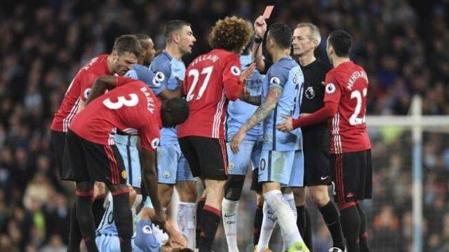 Foto-Wasit-Martin-Atkinson-memberikan-kartu-merah-kepada-gelandang-Manchester-United-Marouane-Fellaini_-Paul-ELLIS-AFP_jpg-640x359.jpg