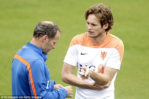 26D67BA800000578-3005864-Blind_talks_with_his_dad_Holland_coach_Danny_during_a_training_s-a-63_1426974267488.jpg