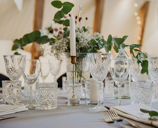 Fullt ös i @larssonslada igår, fotade inget bröllop men satte upp en photobooth och chokladfontän så fick smaka på partystämningen iallafall lite 💃🏽 Råkade få jourtelefonen vid mig inatt så sömntimmarna blev inte många🙈 Ett sms här och ett där.  Idag blir det hemma-mys-pyssel dag❤️ På bilden: Dukning från Larssons lada - Mikaela & Daniels bröllop  #wedding #bröllop #bröllopslada #bröllopslokal #aktiebolag #entreprenör #bröllopsdukning #bröllopsmiddag #photobooth #chokladfontän #weddingvenues #bröllopslokalstockholm #nykvarn #taxinge #skäggetorp #larssonslada #bröllopilarssonslada #fotografmalinsydne