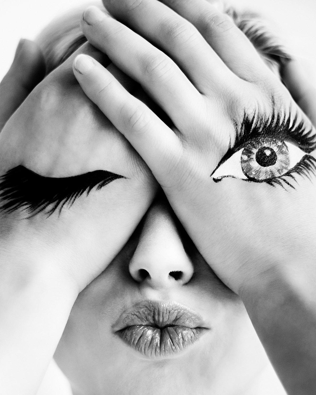Modefotografie portret vintage hand-oog zwart-wit Strijp Eindhoven