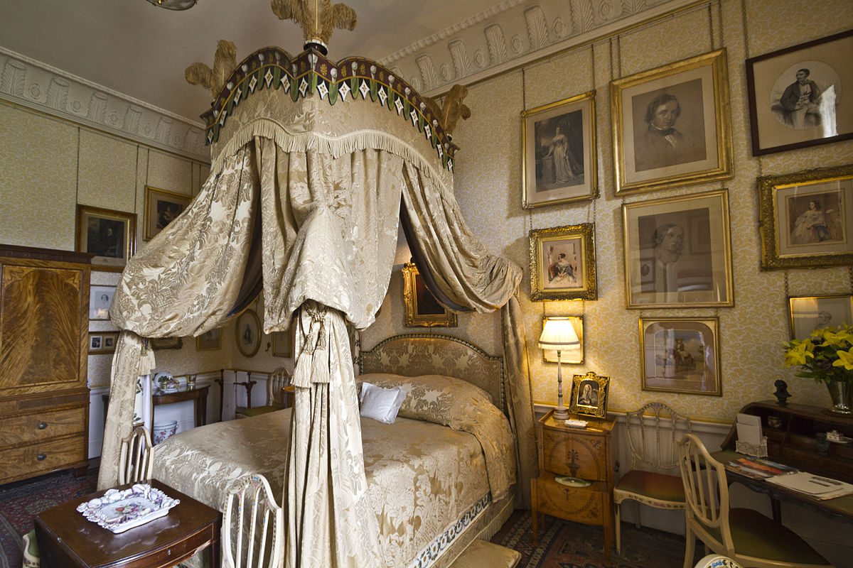 Castle-Howard-Lady-Georgianas-bedroom--wikipedia-1200px.jpg