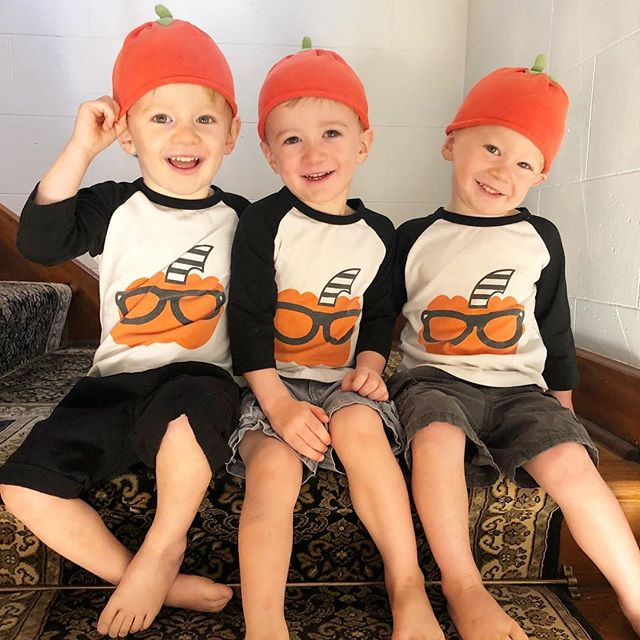 Maybe time to upgrade our Halloween holiday gear...🎃 Baby pumpkin hats from 2 years ago barely fit their big ol' noggins now 😥 #quadruplets