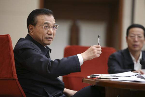 On the 2nd December Premier Li Keqiang meets with Chinese economists to discuss policy reform. [Photo/China News Service]