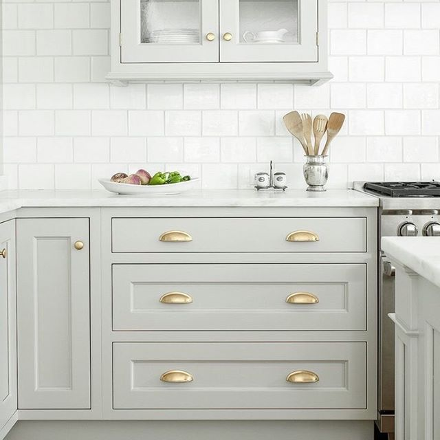 Kitchen Refresh Tip #2: Reshuffle your cabinets and put your most used pieces to the front of the cabinets.  After a few months I find that my bowls become a cluttered mess in my cabinet and I'm digging through looking for the right lid (always that last one I grab). So arrange with you use most in the front, clean out what you don't use and give back those borrowed casserole dishes. ⠂ ⠂ ⠂ ⠂ ⠂ ⠂ ⠂ #knoxvilleinteriordesign #knoxvilleinteriordesigner #knoxvillehomes #knoxvilledesigner #designcoaching #interiordesigncoaching #remodeldesigner #kitchendesigner #knoxvilleremodel #knoxvillekitchendesigner #farragutdesigner #knoxvillerentals #ivydesigner #yourstyleyourstory #lovelysquares #livecolorfully #prettylittlething #homegoods #homegoals #ilovemyinterior #kitchenorganization  #kitchendrawers #kitchendesigner #kitchentips #designtips #kitchenrefresh #brasskitchenpulls#kitchendesign