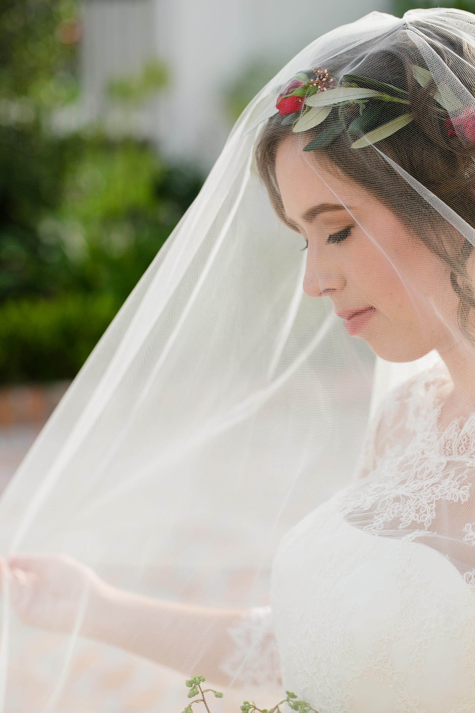 portrait bride bouquet veil.jpg