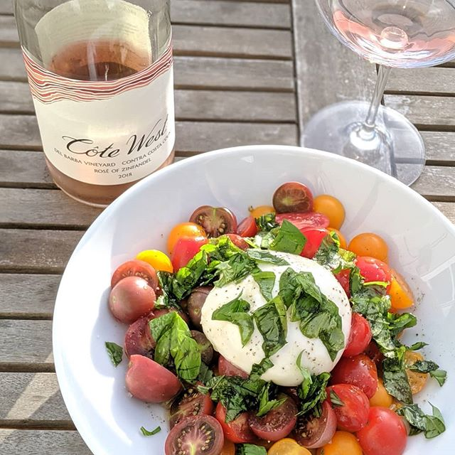 🍅 have arrived! 🎉 Add some burrata and rosé, and happy hour is complete.  #rosé #zinfandel #apéro #happyhour #winepairing #summermeals #caprese #burrata