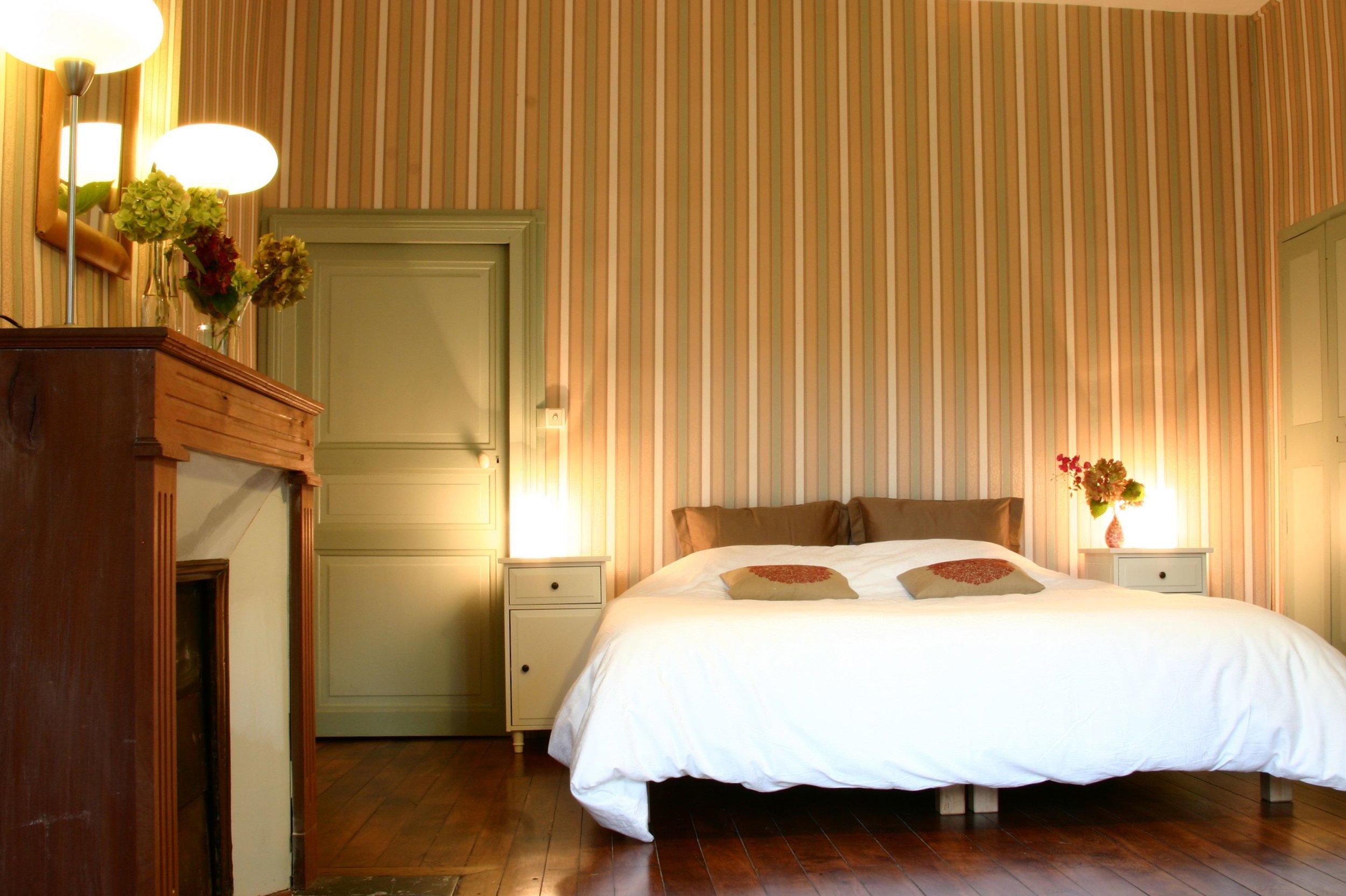 La Chambre Familiale, the Family Room, de Familiekamer - 3 - 5 personnes - à partir du €105petit-déjeuner compris, breakfast included, ontbijt inbegrepenFR 1 chambre très spacieuse & 1 salle de bainENG 1 very large 'château' room & 1 good bathroomNL 1 zeer ruime kasteelkamer & 1 prima badkamer
