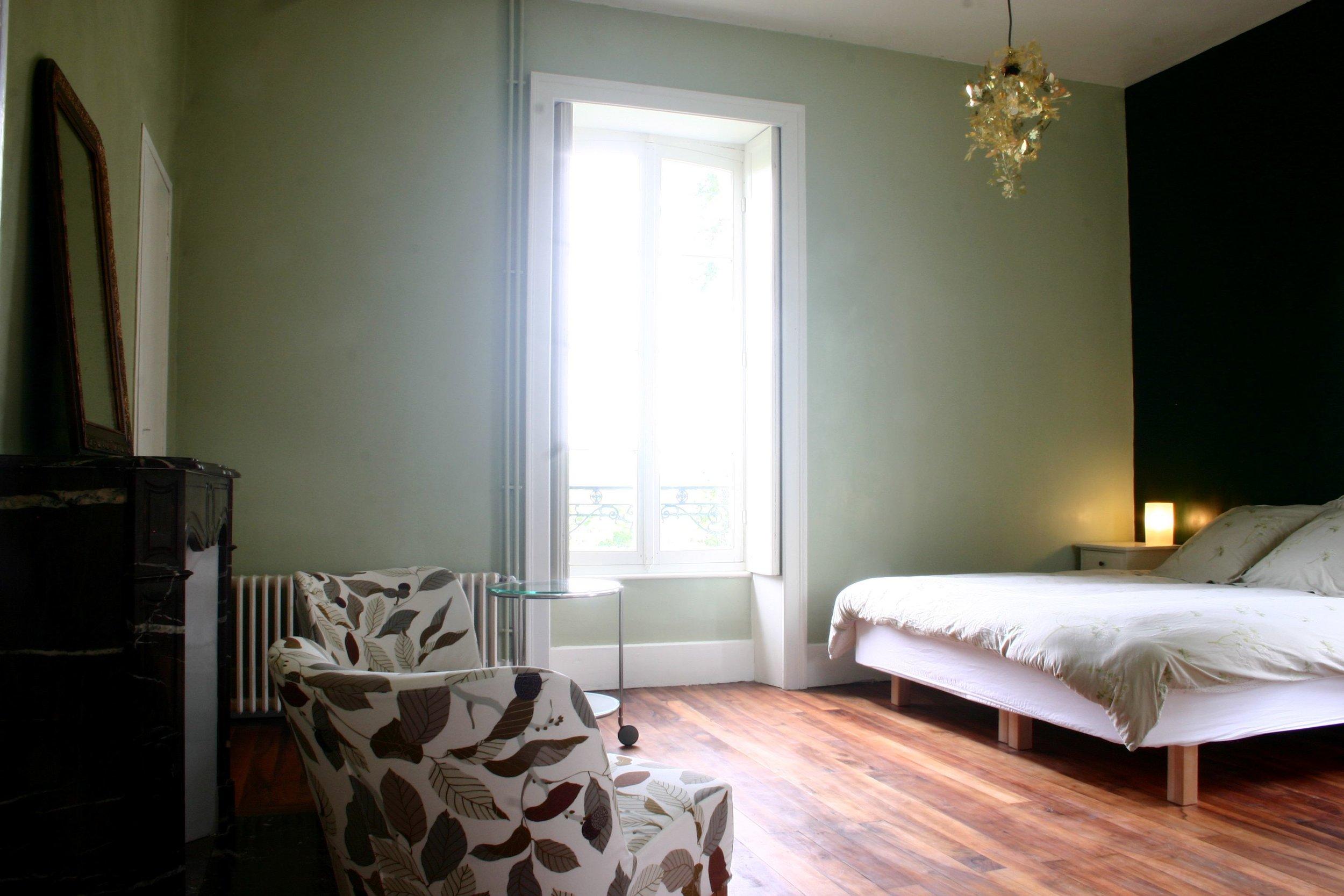 L'Aile Familiale, the Family Wing,de Familie-Vleugel - 4 - 8 personnes - à partir du €178petit-déjeuner compris, breakfast included, ontbijt inbegrepenFR 2 chambres spacieuses, 2 salles de bain & couloir, dans une aile au château, pour vous privé - parfait en famille ou pour 2 couplesENG 2 large rooms, 2 bathrooms & a hall way, all in your own private wing in the château- perfect for a family or 2 couplesNL 2 ruime kamers, 2 goede badkamers en een hal voor extra ruimte en privacy, in uw privé vleugel in het château- ideaal voor een gezin, maar ook met 2 stellen