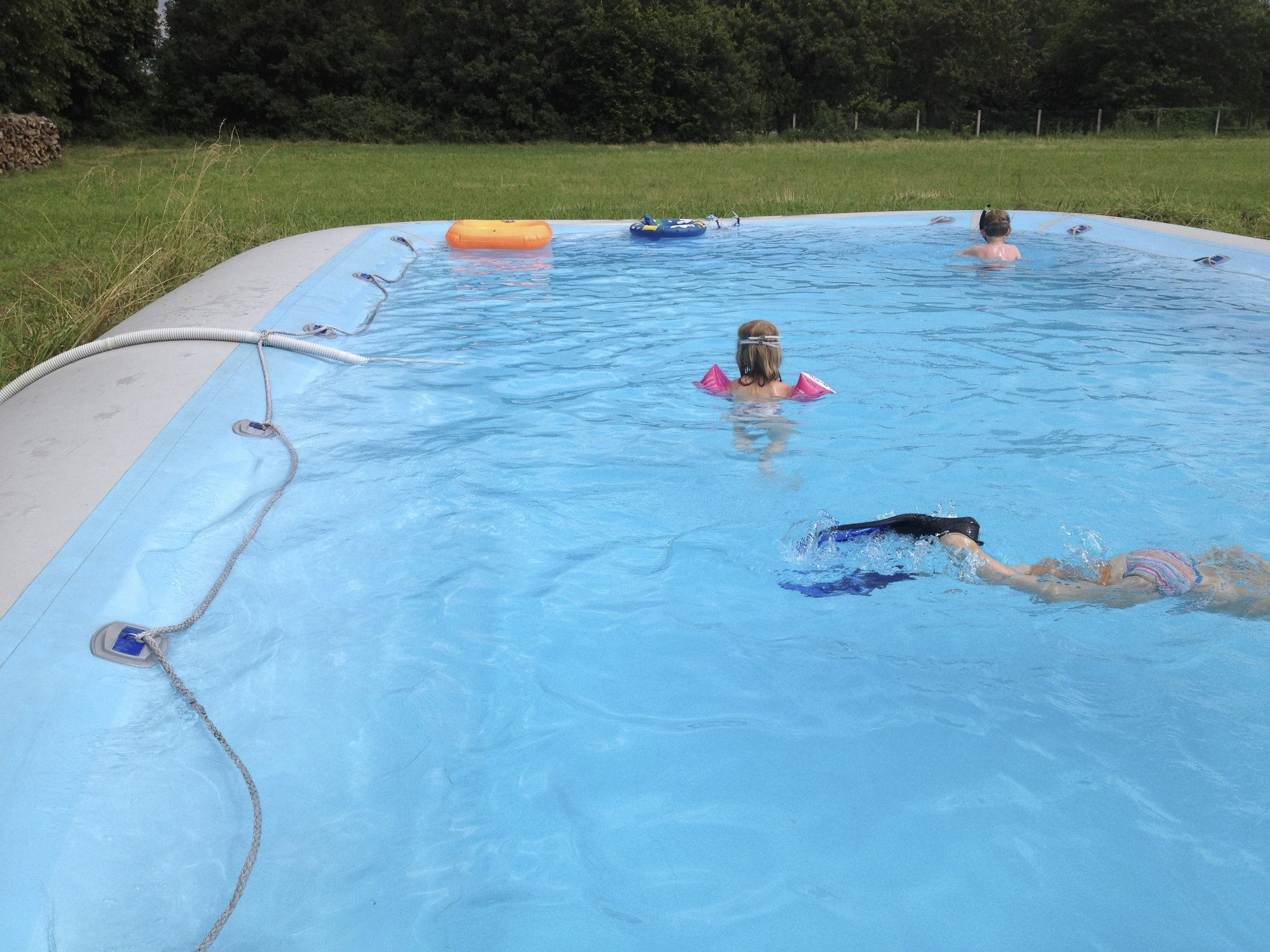 La Piscinethe Pool - het Zwembad - ° Adapté aux enfants, mais assez grand pour les grands° Child friendly, but big enough to have a nice swim as an adult° Kindvriendelijk, maar groot genoeg om ook als volwassene in te kunnen zwemmen