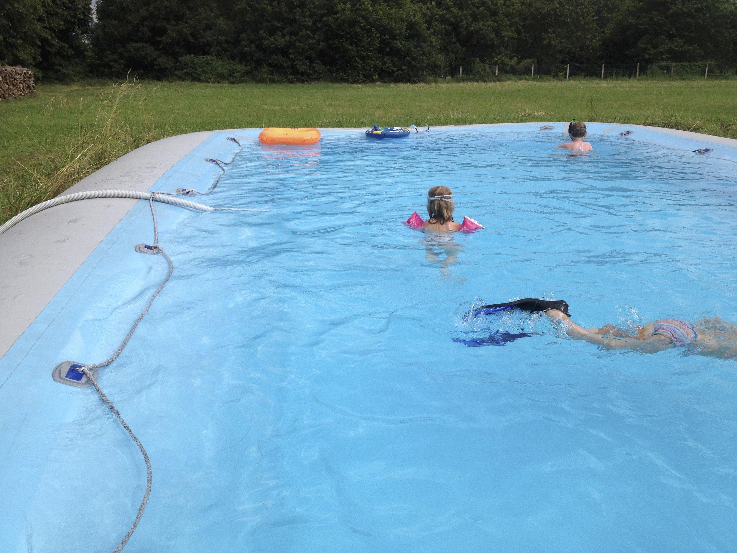 La Piscinethe Pool - het Zwembad - ° Adapté aux enfants, mais assez grand pour les grands° Child friendly, but big enough to have a nice swim as an adult° Kindvriendelijk, maar groot genoeg om ook als volwassene in te kunnen zwemmen