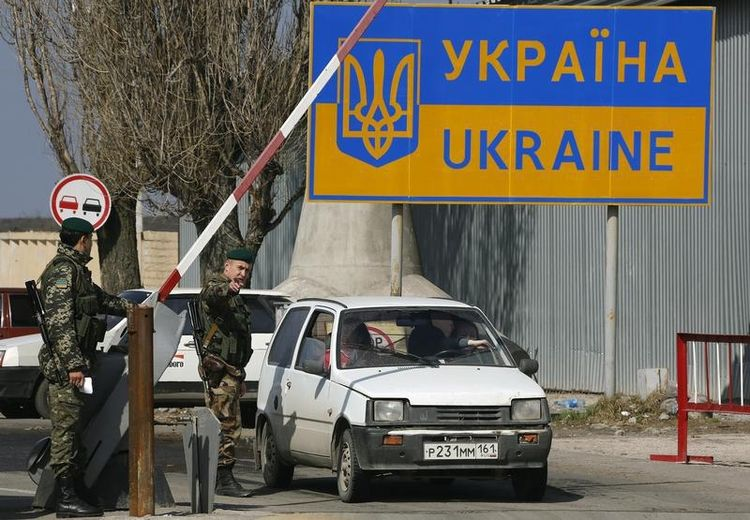 635994-ukrainian-border-guards-check-a-car-with-a-russian-number-plate-at-the-russian-ukrainian-border-cros.jpg