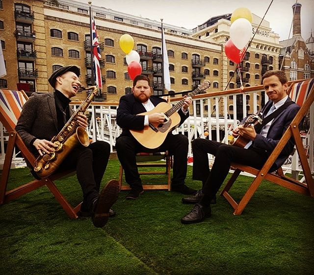 Remember when it was #summer ...? . . #roamingband #wanderingband #deckchair #livemusic #guitar #sax #acousticmusic #acousticband