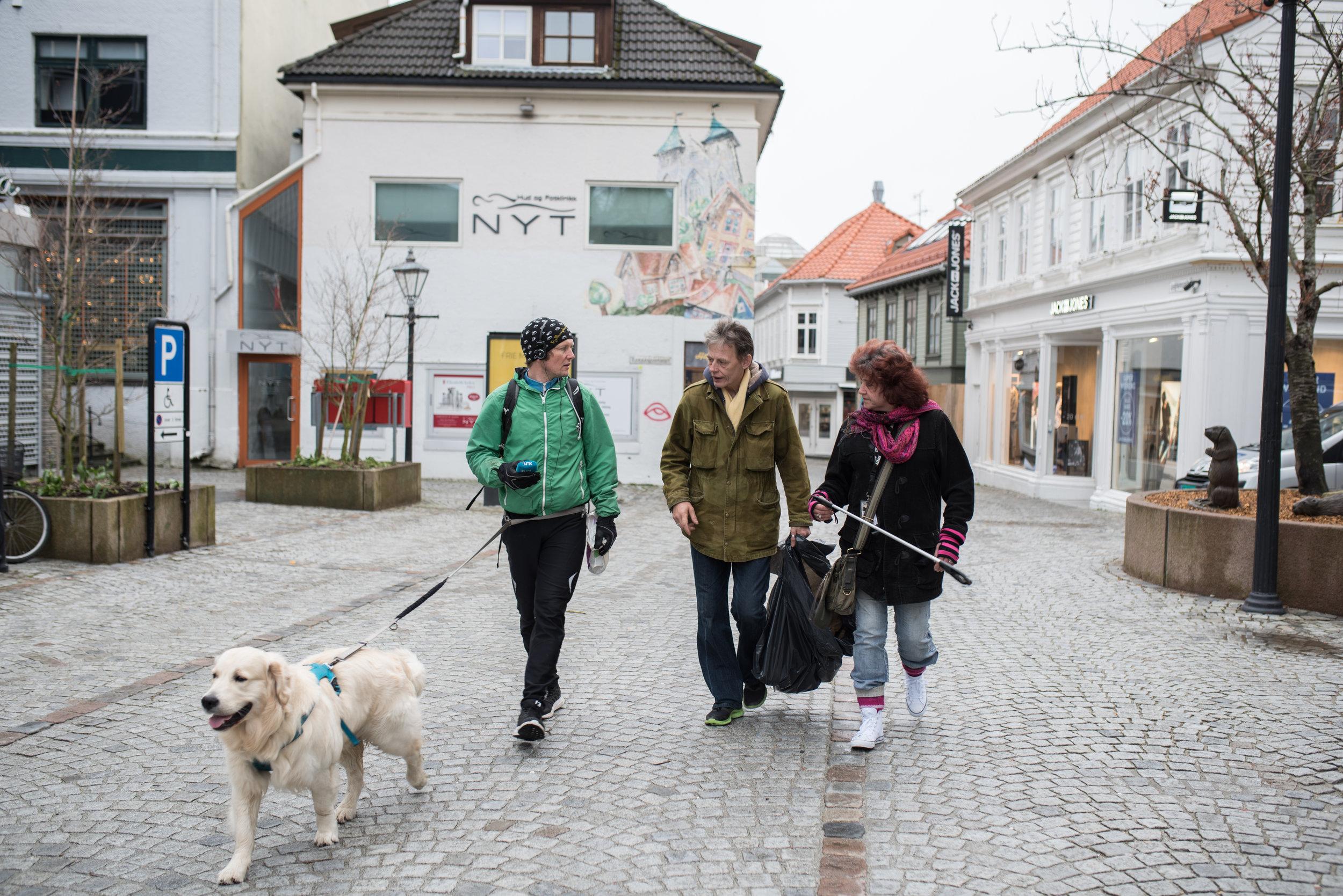 Journalist Johan Mihle Laugaland og hunden Leo (t.v) ble med Sissel og Kjetil på «plukken».