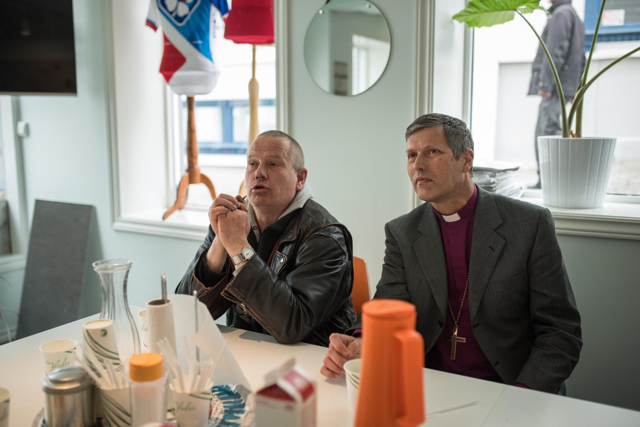 Reidar og biskopen i dyp diskusjon.