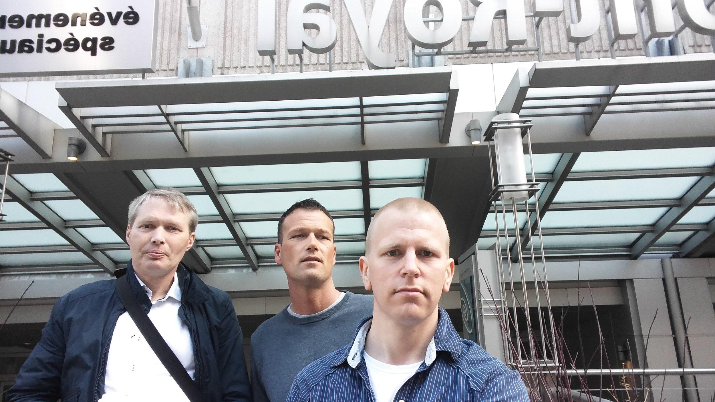 PÅ TUR: Her er proLARs representanter Ronny (t.v), Ole Jørgen og Trond-Arne på plass utenfor konferansesenteret i Montreal.