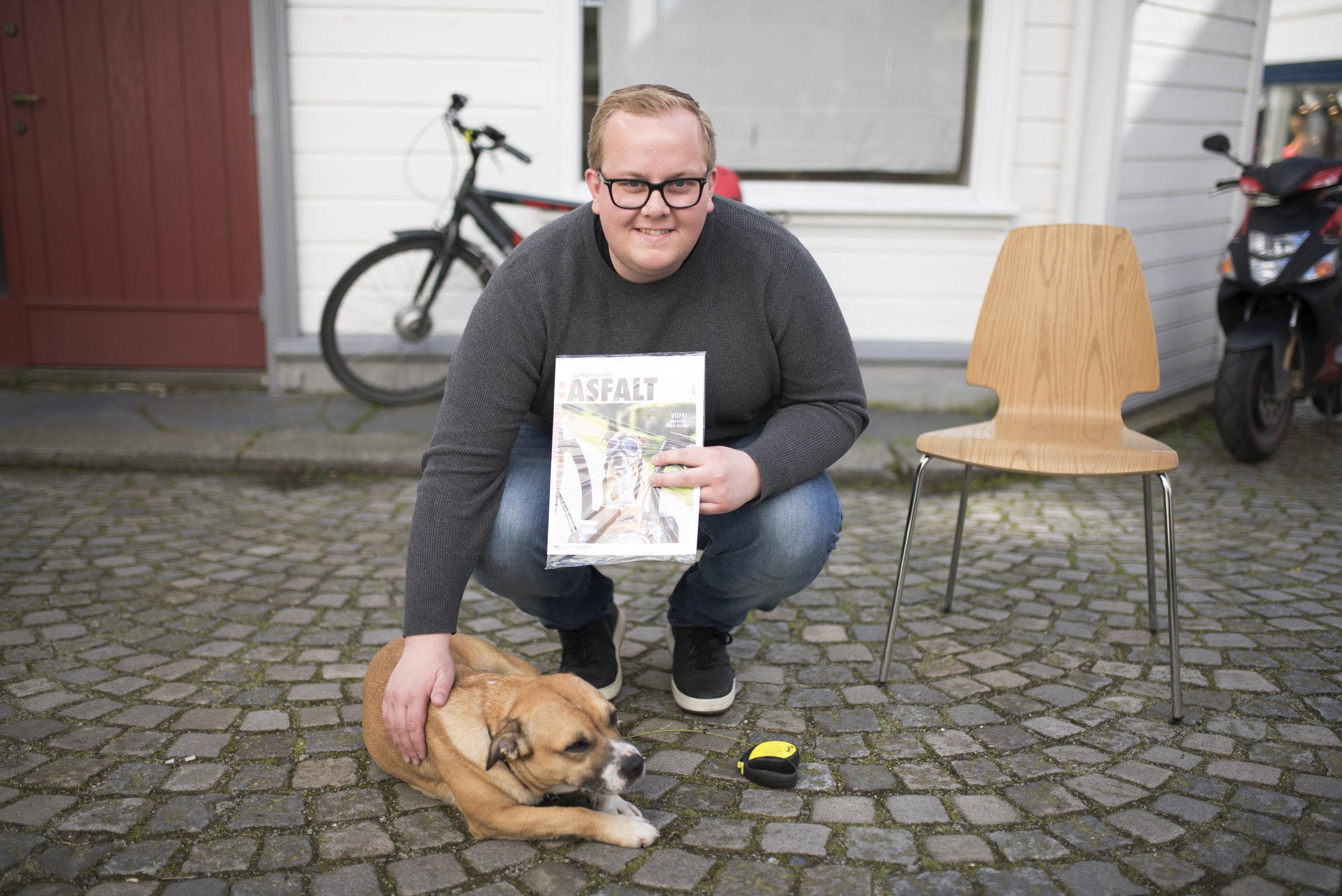 MASKOT: Her viser Eirik Faret Sakariassen (SV) stolt frem nyeste utgave av Asfalt med en av byens beste selgere, forsidepiken Gunda.