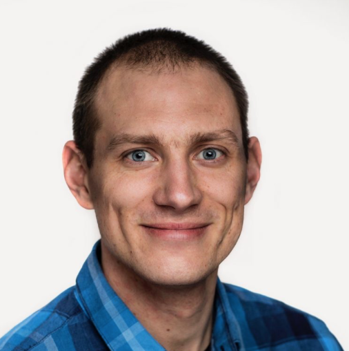 Håkon Hauge Johnsen er avdelingsleder og psykologispesialist ved lavterskeltilbudet Kompasset i Sandnes. Et tilbud for de mellom 14 og 35 som har vokst opp med foreldre med alkohol- eller andre rusproblemer. Foto: Blå Kors