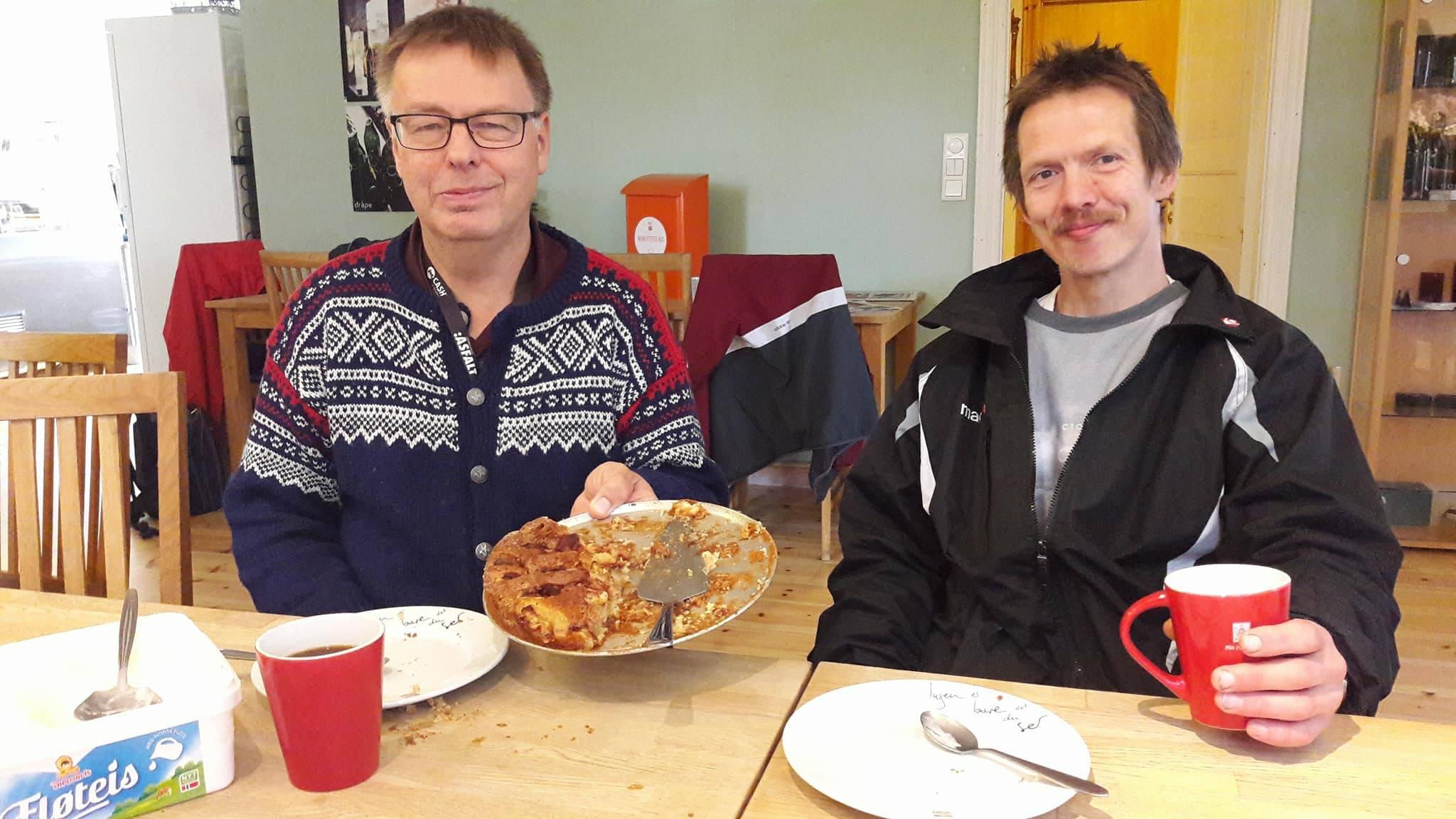 Roger Guttormsen (til høyre) er både Asfalt-selger, og er med ryddegjengen. Begge tiltakene blir drevet av tiåringen «I Jobb». Knut Ekroll til venstre er frivillig og bidrar gjerne med hjemmebakt eplekake under pausene.