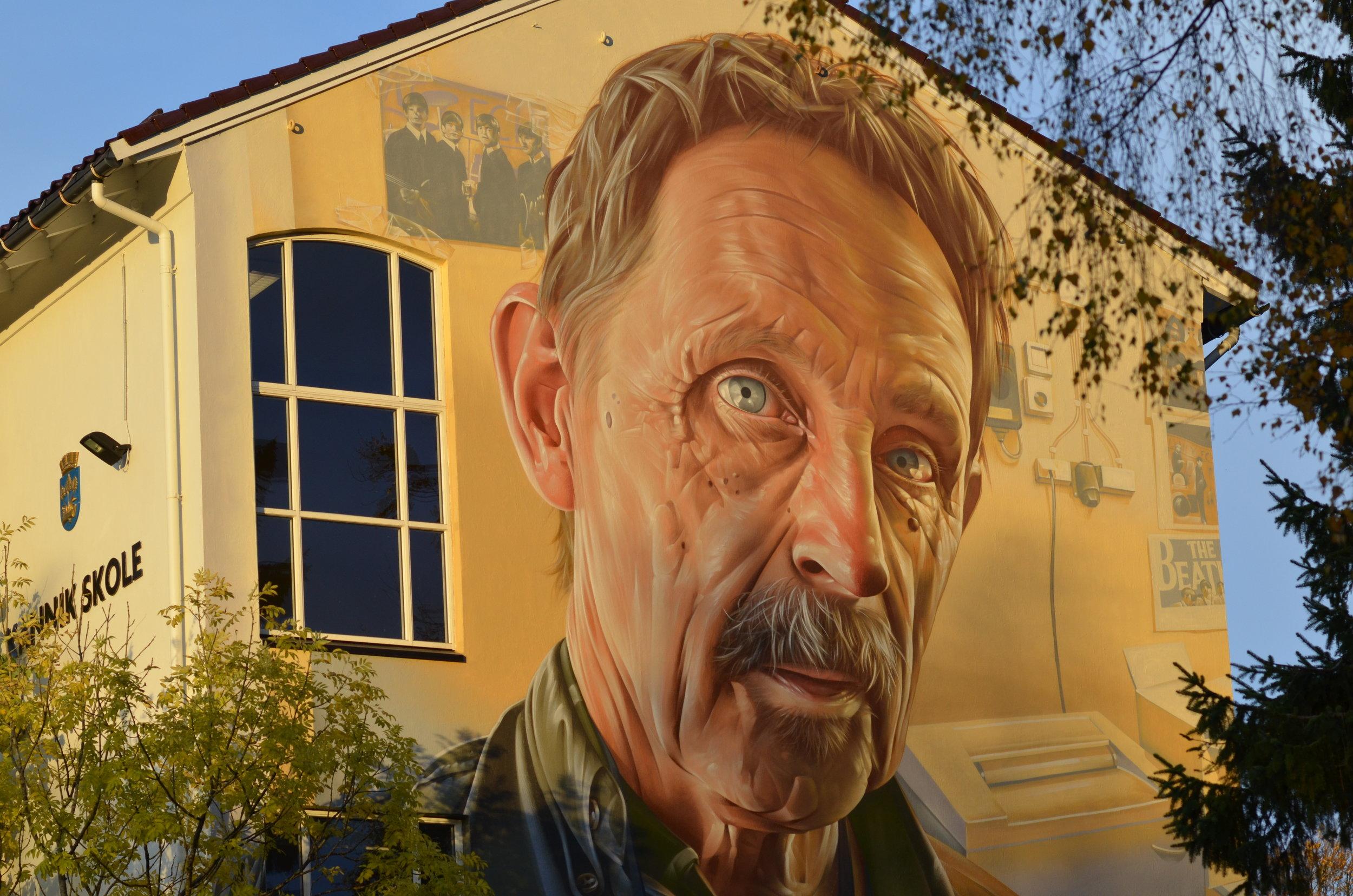 Helge Røysland jobber på Attende. Nå ruver han på et kunstverk på Kannik skole. Foto: Borghild Gudmestad