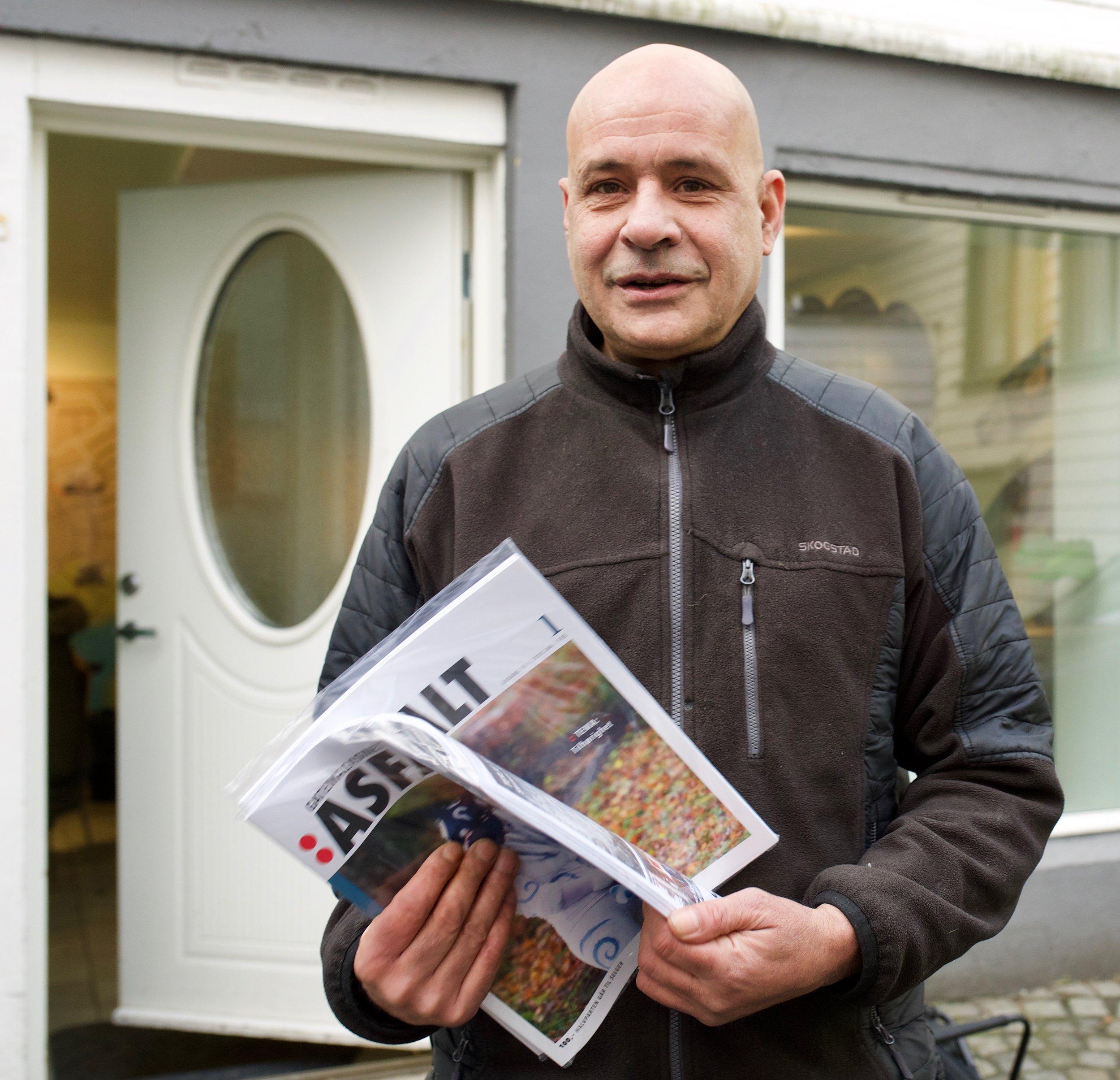 Asfalt-selger Pete på vei ut med sine første to blader.